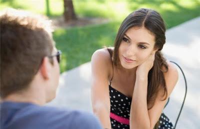 Σημάδια ότι ενδιαφέρεται για εσένα, Γυναικείο Φλερτ: Τα σημάδια ότι ενδιαφέρεται