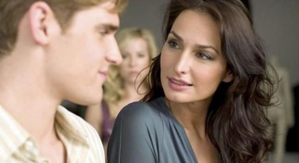 6 λόγοι να φλερτάρεις με Μεγαλύτερη Γυναίκα