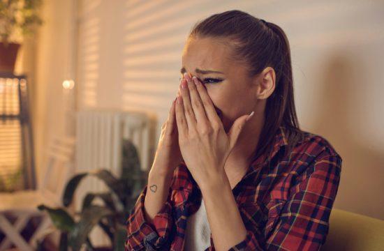 3 ενοχικές σκέψεις που σε Εγκλωβίζουν σε μια σχέση που δε σου αξίζει