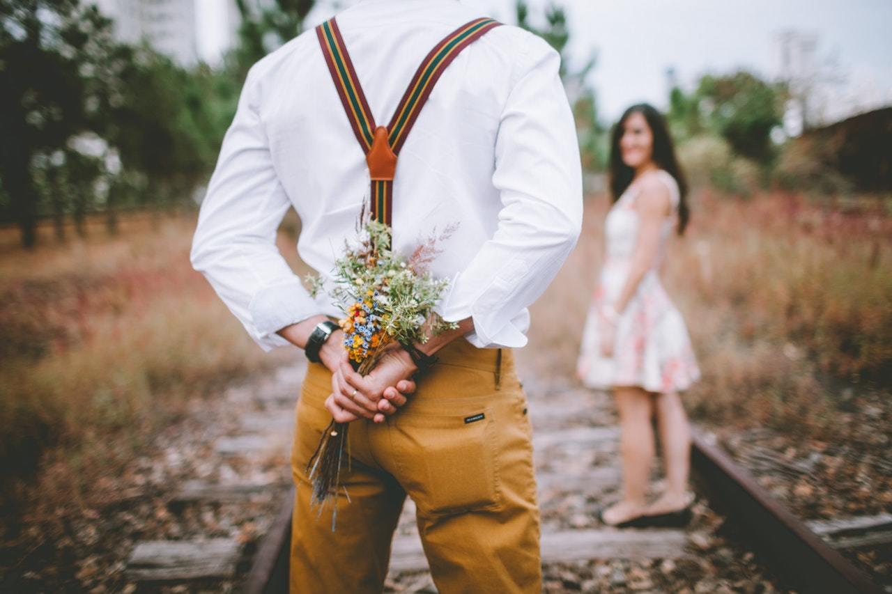 Αποτυχημένη Σχέση: Ο ρομαντισμός από μόνος του δεν είναι αρκετός Πώς και πότε να της πάρεις Λουλούδια (σαν άνδρας)