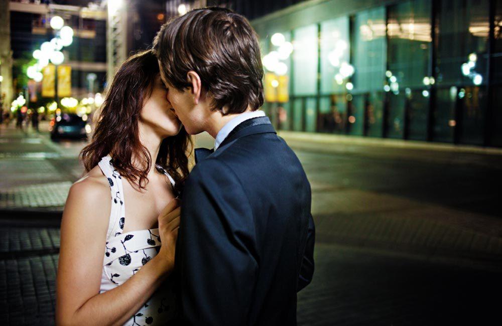3 αποτελεσματικοί τρόποι για να τη φιλήσεις στο πρώτο ραντεβού