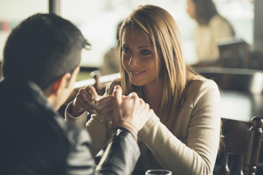 6 λόγοι για τους οποίους Φλερτάρουν οι γυναίκες (αλλά και οι άντρες)