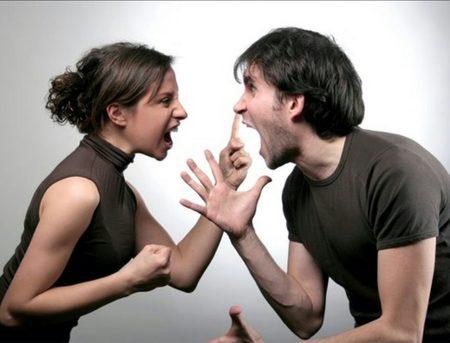 Ζευγάρι σε Σύγκρουση: 4 Σφάλματα Επικοινωνίας που οδηγούν έναν απλό Καυγά σε Θύελλα