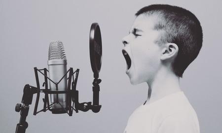 Πως να καλλιεργήσεις μια αρρενωπή φωνή που ελκύει της γυναίκες σαν μαγνήτης