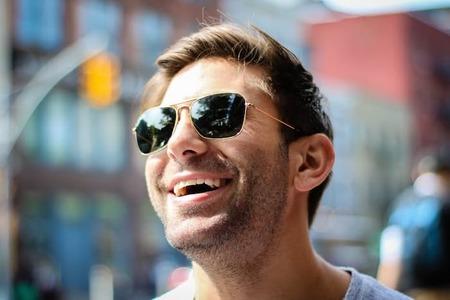 6 τρόποι για να δείχνεις πιο Νέος, Θετική Νοοτροπία: Ο βοηθός σου στο Φλερτ