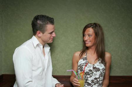 Πώς να Πλησιάσεις μια Κοπέλα που σου αρέσει ακόμα και αν είναι Άγνωστη, Κάνοντας την αρχή: Πώς να ξεκινήσεις Κουβέντα με μια άγνωστη