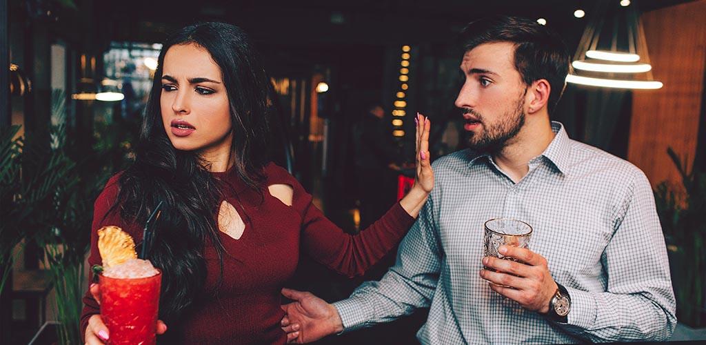 Κλασικά Λάθη στο Φλερτ που κάνουν τις γυναίκες να μην σε Υπολογίζουν ως Εραστή