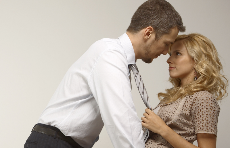 Πώς να φλερτάρεις διακριτικά στη δουλειά σου