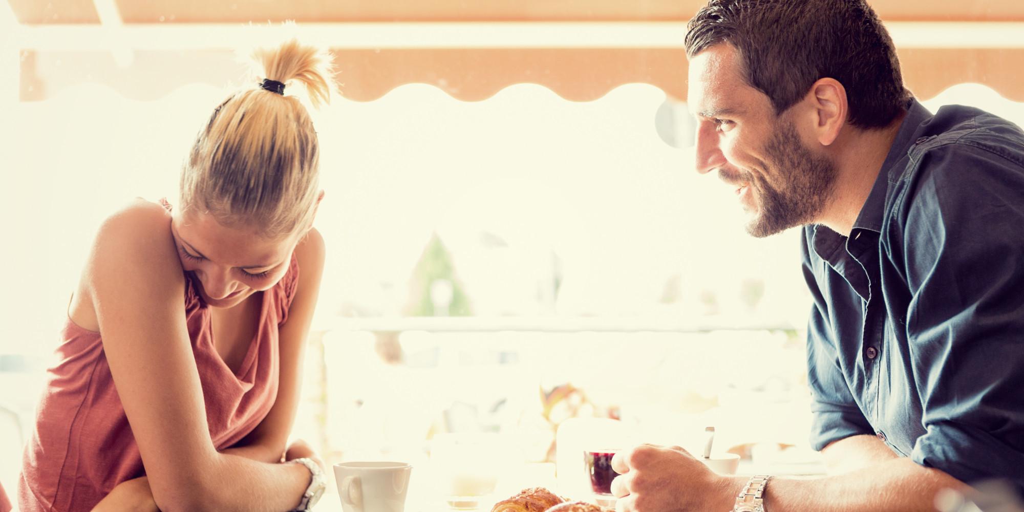 Πώς να κρατάς το ενδιαφέρον της με τη φωνή σου