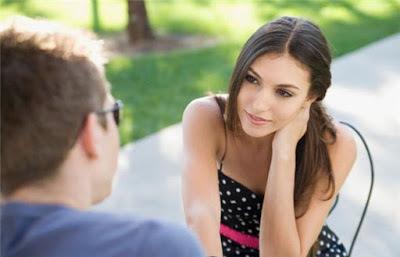 Το απλό μυστικό για να γίνεις πιο χαρισματικός στην επικοινωνία